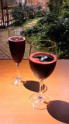にき亭の自然のブドウジュース手前と炭酸入りブドウジュース