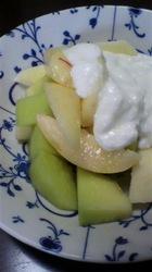 桃とリンゴとメロンのハチミツヨーグルトがけ.jpg