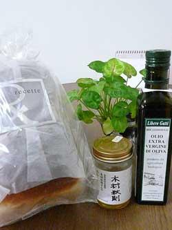 岩盤浴ガイア ルセットの食パンと木村秋則さんのりんごの蜂蜜とガッティ家のEXバージンオリーブオイル