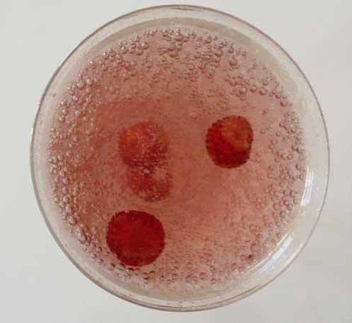 天然炭酸水は、自然の味です。ガイアで採れた自然栽培のアイス苺を入れてみました。