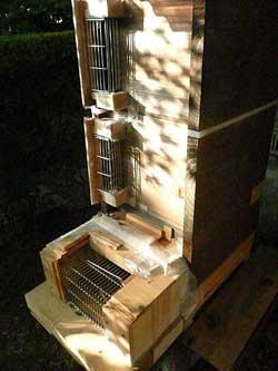 近隣にある重箱式+自作のスズメバチマイッタを装着した巣箱です。 by Stone Spa GAIA
