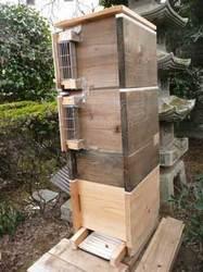 日本みつばちが入っている重箱式巣箱、1段足して4段になりました。by Stone Spa GAIA